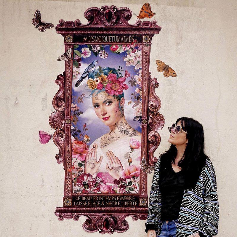 La créatrice Bénédicte devant son collage Street art