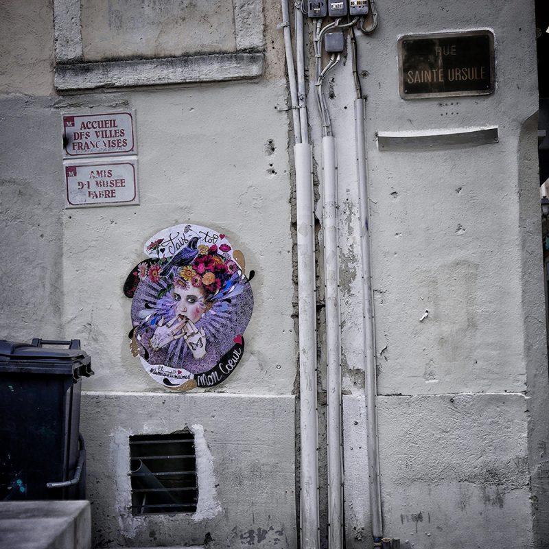 Le visuel street art Tais toi collé dans une rue